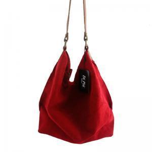bolso de mujer hecho en piel de ante color rojo.